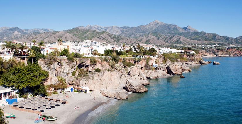 Nerja by ved kysten i Spania