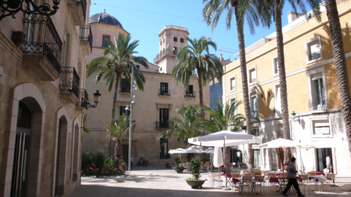 Shopping i gamlebyen i Alicante i Spania.